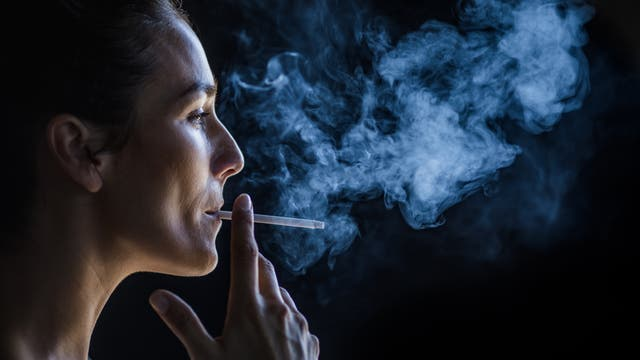 Frau raucht Zigarette
