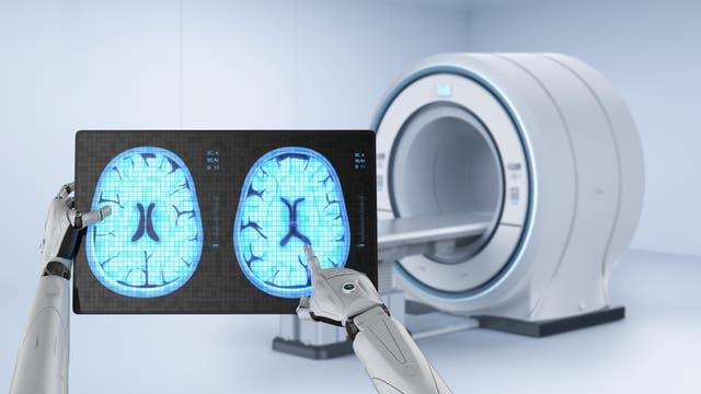 Ein Roboter studiert einen Hirnscan
