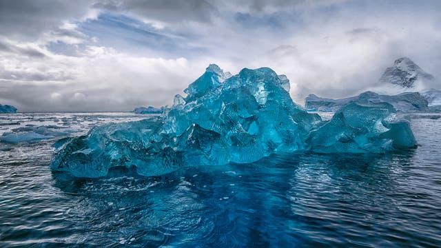 Blauer Eisberg in der Antarktis