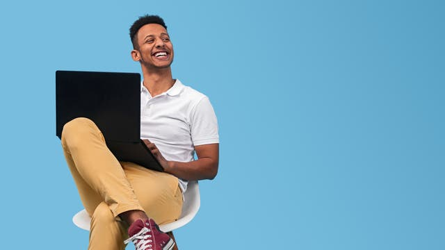 Glücklicher Programmierer am Laptop