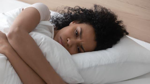 Frau, die schlecht geschlafen hat