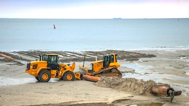 Saugbagger, Radlader und Kettenbagger stellen auf Norderney regelmäßig den Strand wieder her.