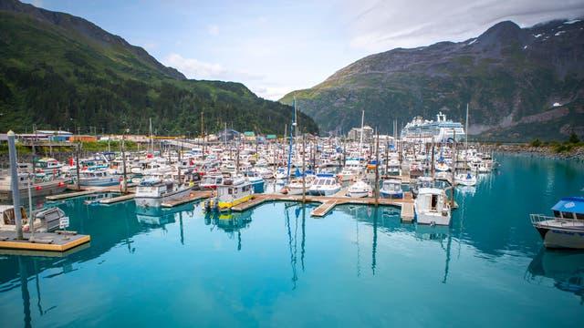 Hafenbereich des Ortes Whittier in Alaska