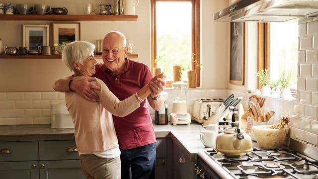 Senioren tanzen in ihrer Küche