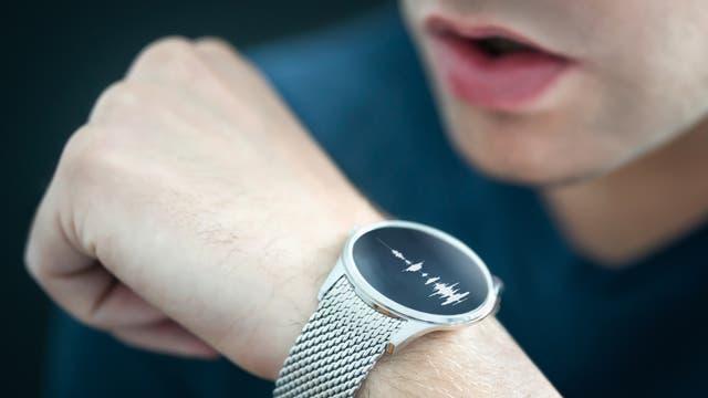 Mann spricht in eine Smartwatch