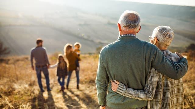 Während der Pandemie sollen Großeltern jeden unmittelbaren Kontakt zu Enkelkindern meiden.
