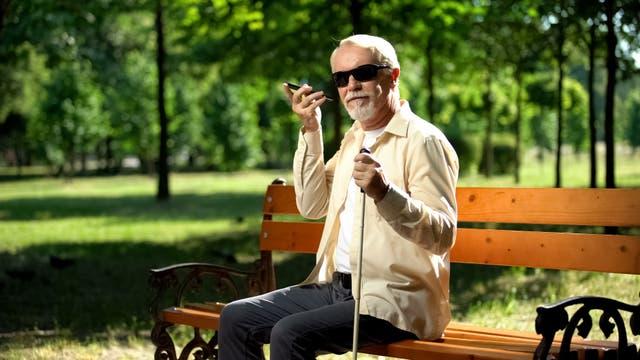 Blinder mit Smartphone