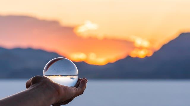 Kristallkugel vor Landschaft