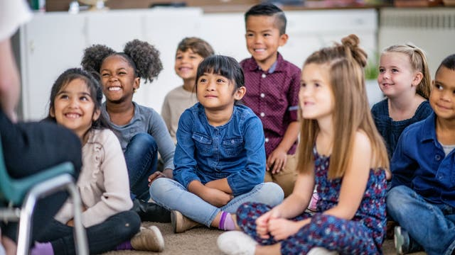 Kinder hören einer Geschichte zu