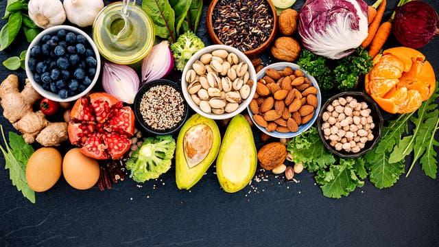 Insbesondere pflanzliche Lebensmittel wie Obst und Gemüse, Vollkornprodukte, Hülsenfrüchte und hochwertige pflanzliche Öle sowie Nüsse gelten als reich an Antioxidanzien.
