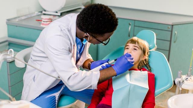 Schon die ganz Kleinen an Zahnarztbesuche zu gewöhnen, ist ratsam.