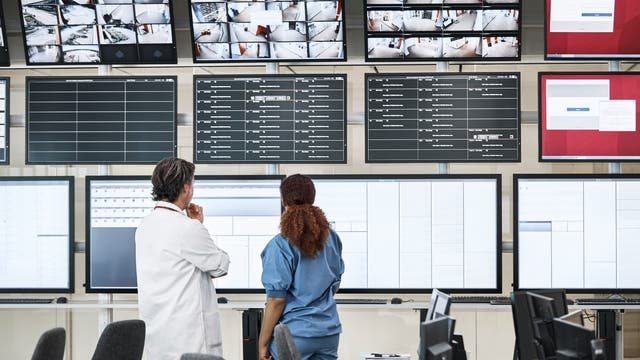 Medizinisches Personal betrachtet Monitore