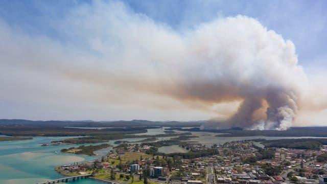 Eine Rauchwolke am Horizont droht sich über die australische Ortschaft Tuncurry auszubreiten