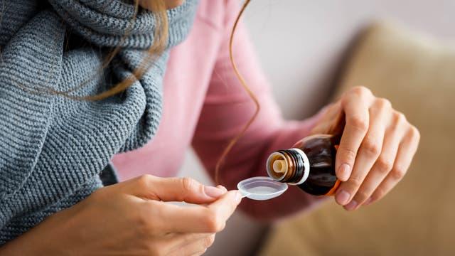 Saft mit Dextromethorphan kann helfen, Reizhusten zu lindern.