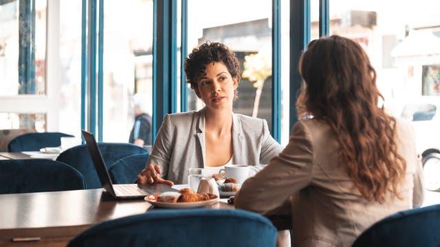 Zwei Frauen unterhalten sich in einem Café