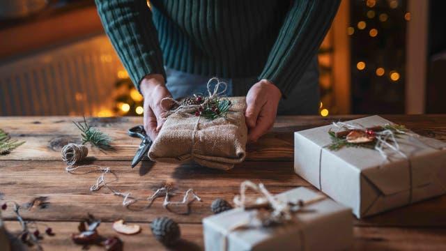 Hände halten ein Weihnachtsgeschenk