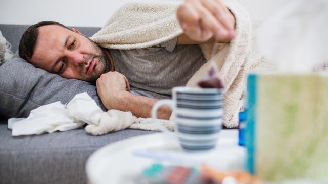 erkälteter Mann auf der Couch