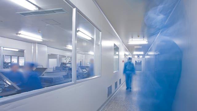 Forscher suchen nach Behandlungen für Menschen, die sich mit dem neuen Coronavirus angesteckt haben.