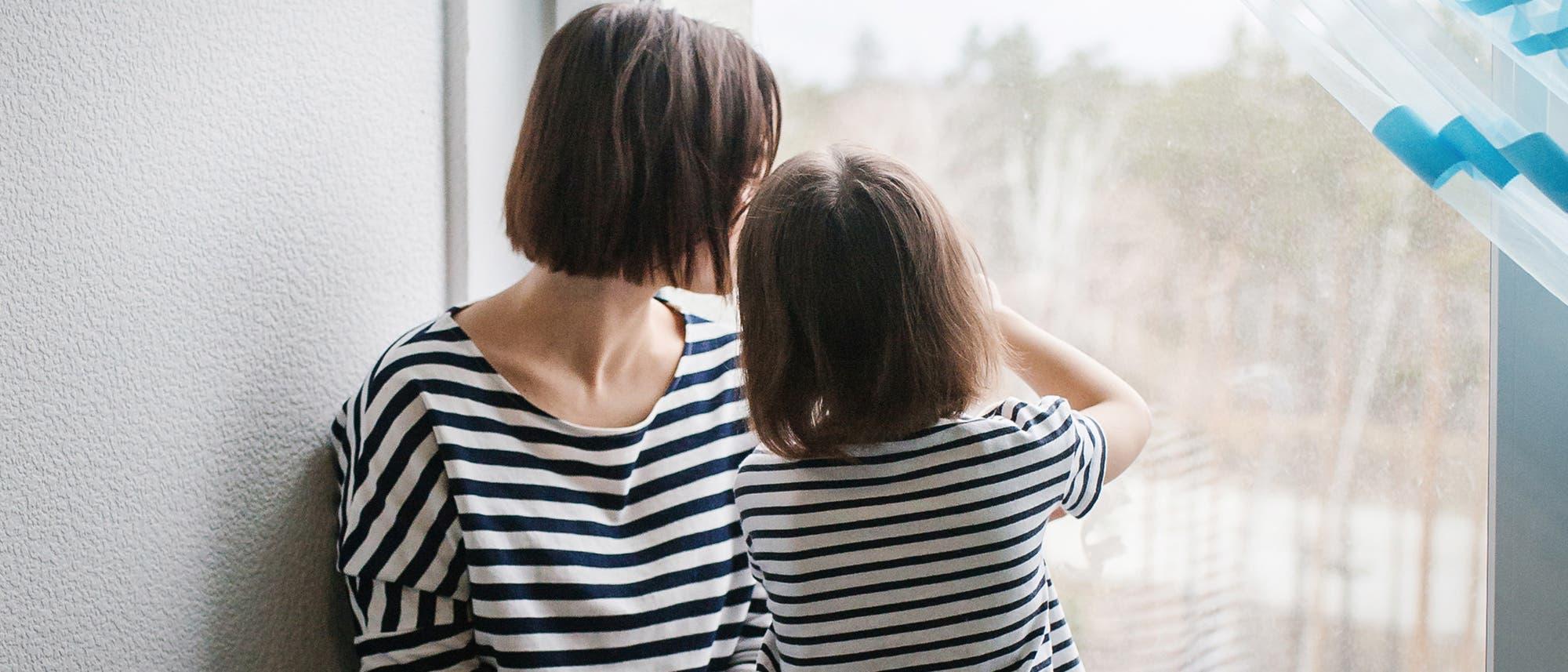 Mutter und Tochter am Fenster