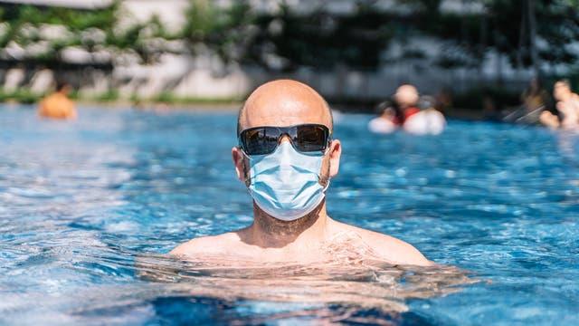 Mann mit Maske im Pool