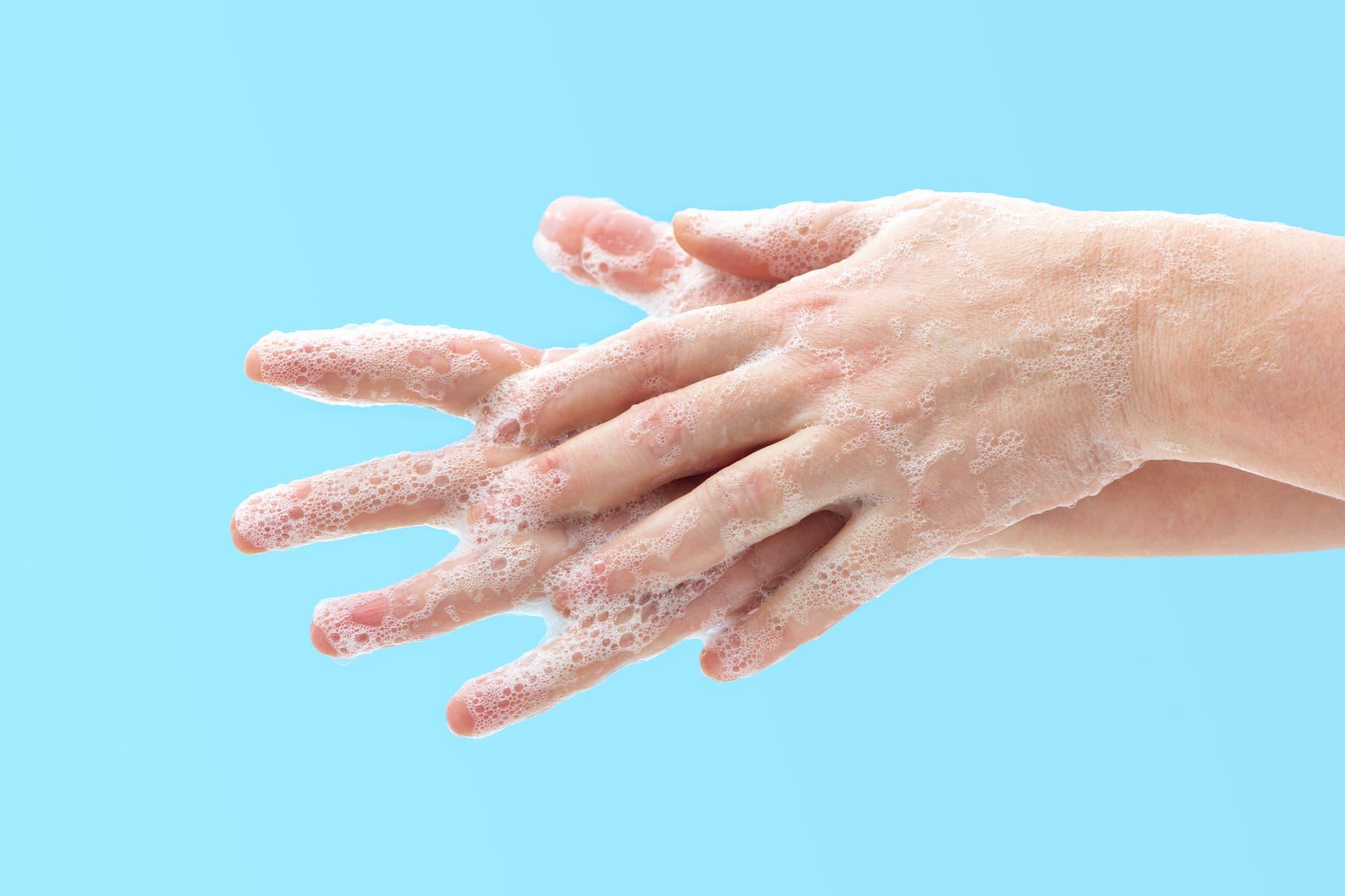 Für den äußeren Intimbereich können Mädchen und Frauen pH-neutrale Waschlotionen verwenden.