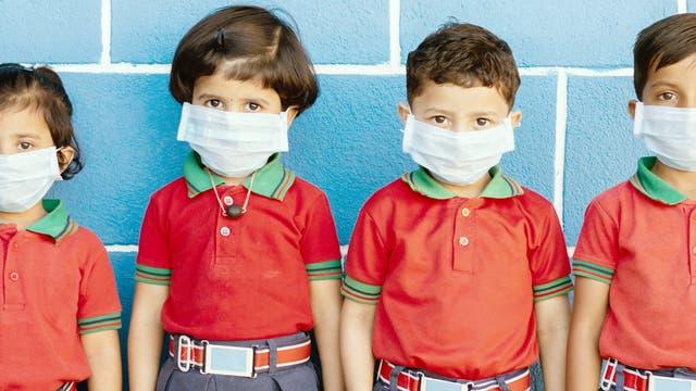 Kinder mit Schutzmaske