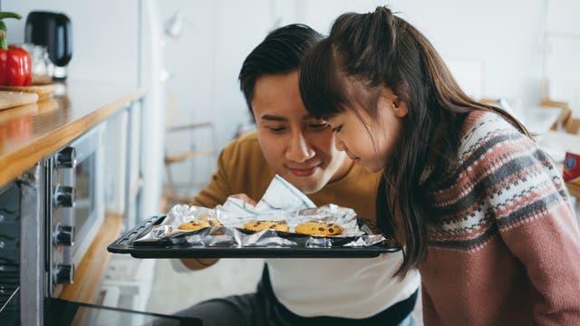 Bei manchen, die eine Covid-19-Erkrankung überstanden haben, bleibt der Geruchssinn auch fast ein Jahr später noch verschwunden, bei anderen ist die Geruchswahrnehmung nun verzerrt.