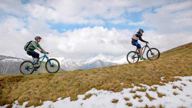 Zwei Mountainbiker auf einem Berggrat
