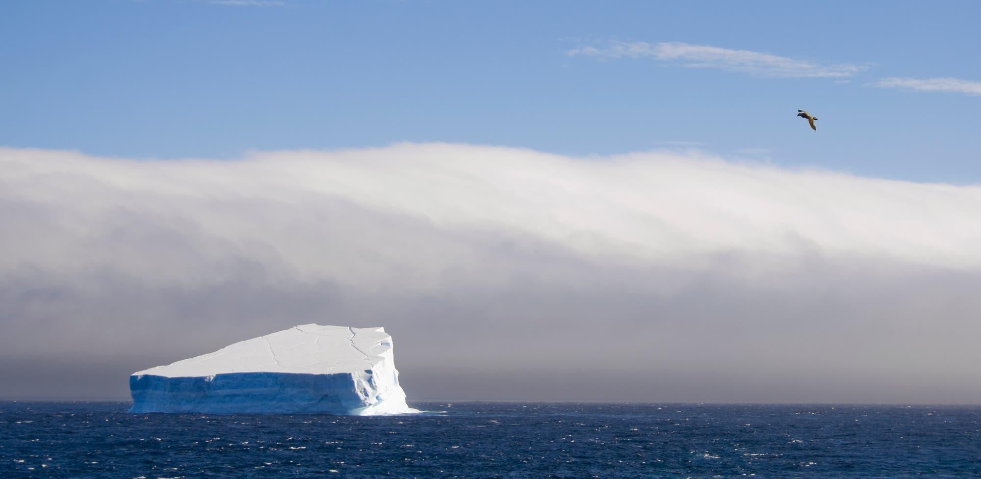 Eisberg vor Sturmfront