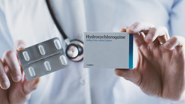 Arzt hält Hydroxychloroquin-Pillen