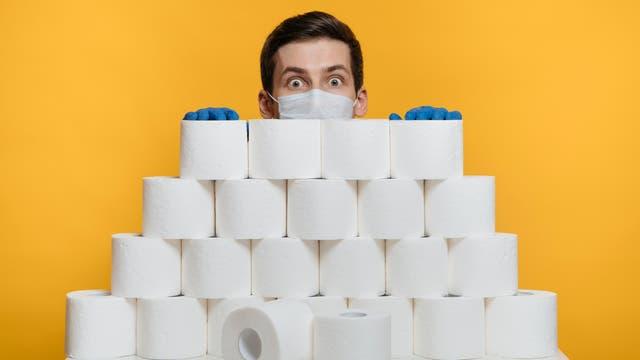 Ein Mann, viele Rollen. Am Anfang der Coronakrise horteten manche Menschen Toilettenpapier.