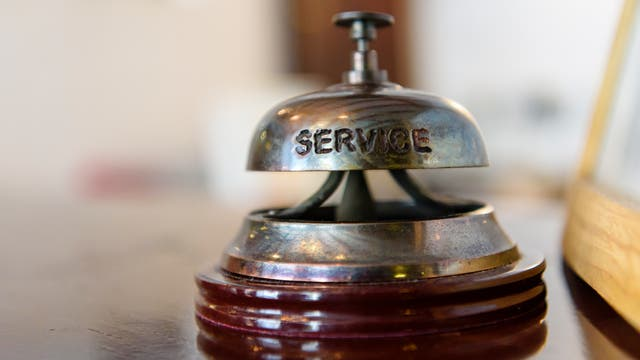 Eine Klingel an einer Rezeption mit der Aufschrift »Service«