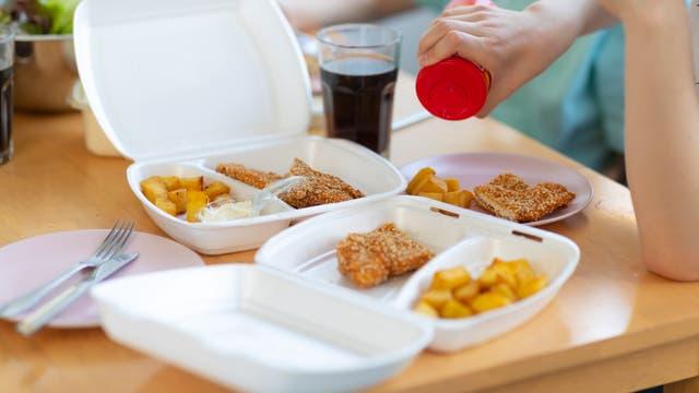 Geliefertes Fastfood in Plastikverpackungen