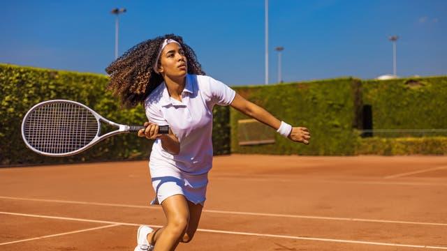 Tennis spielen ist gut für das Gehirn, kann bei wiederholt falscher Belastung aber dem Ellenbogen schaden.