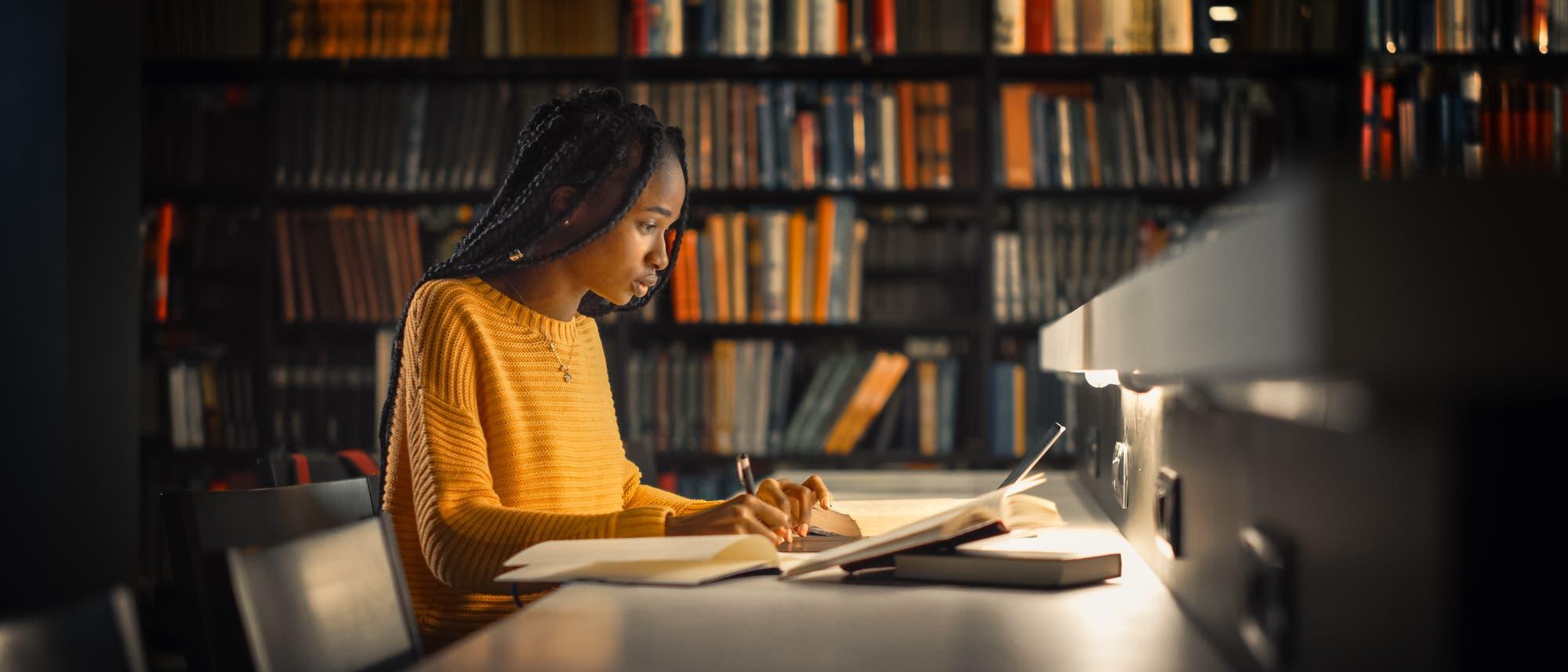 Mädchen beim Lesen und Lernen in einer Bibliothek