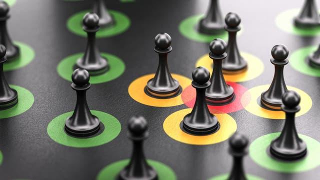 Fünf Spielfiguren in gelben und roten Kreisen, die sich überlappen, ringsherum Figuren in grünen, sich nicht überlappenden Kreisen.