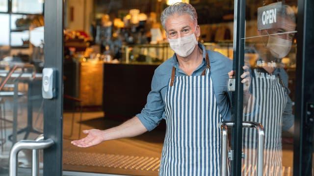Mann im Geschäft mit Maske