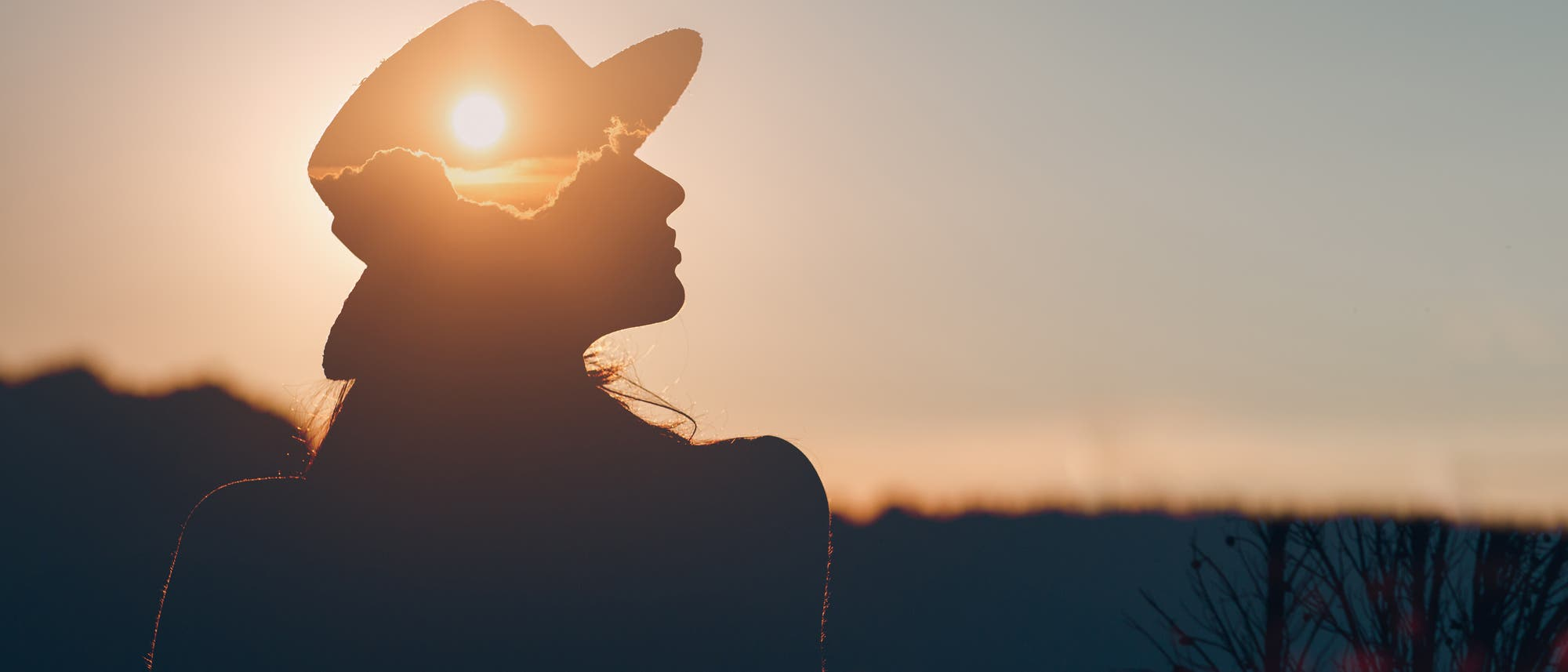 Frau mit Sonne im Kopf