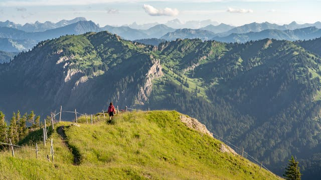 Frau beim Wandern auf dem Kamm der Nagelfluhkette in den Allgäuer Alpen bei Immenstadt.
