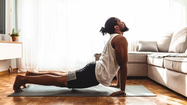 Mann beim Yoga