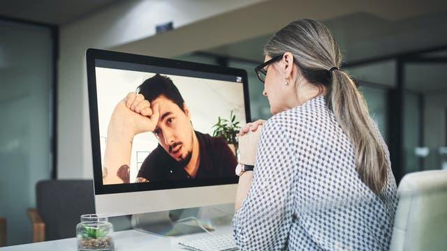 Eine Therapeutin spricht per Video mit ihrem Patienten