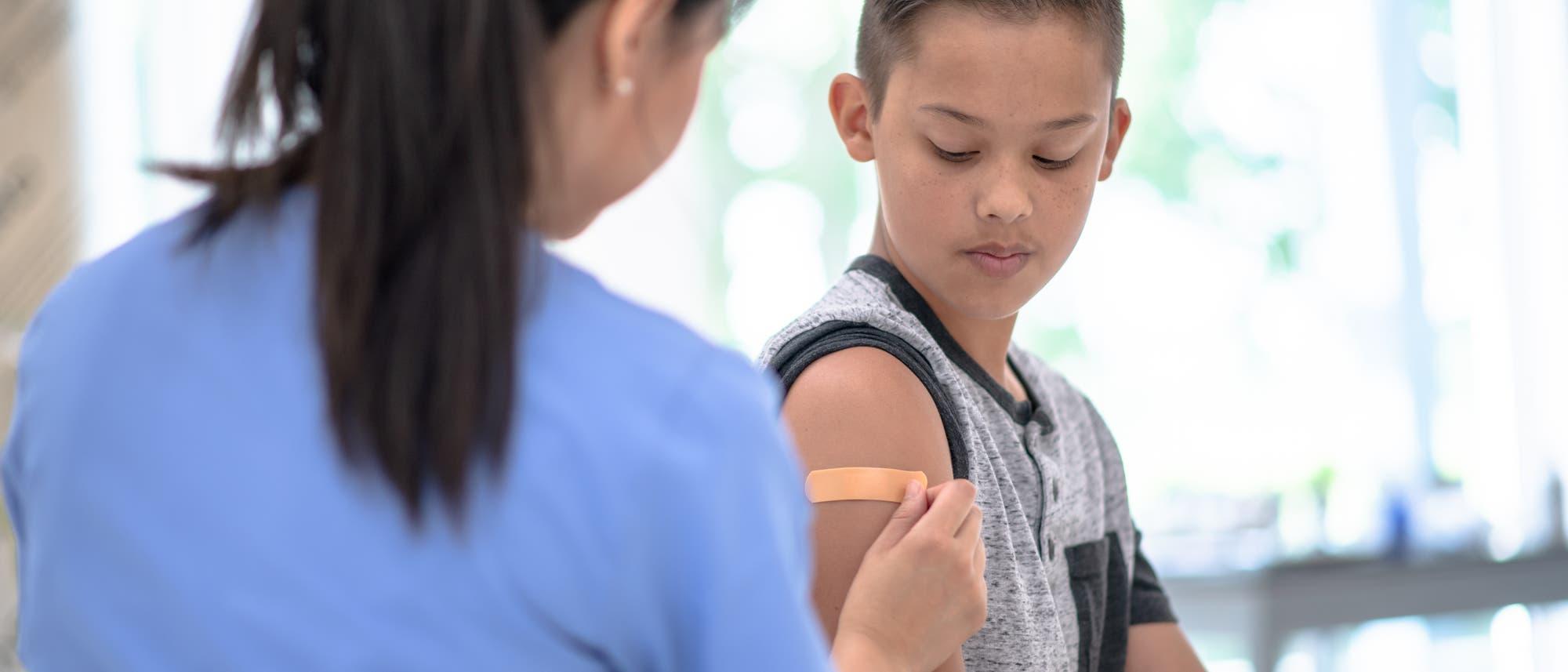 Ein Junge nach einer Impfung.