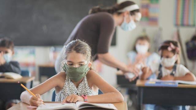 Schülerinnen und Schüler mit Masken
