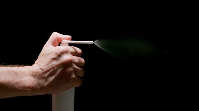 Rachenspray mit Hexetidin soll gegen Halsschmerzen helfen, ist aber nicht uneingeschränkt zu empfehlen.