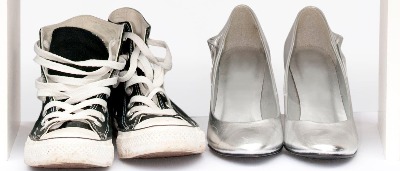 Schuhe im Regal