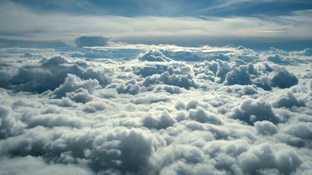 Heizdecke oder Kühlkissen? Wolken gibt es in unterschiedlichsten Formen und Grau-Weiß-Schattierungen. Manche lassen mehr Wärmestrahlung passieren, andere weniger.