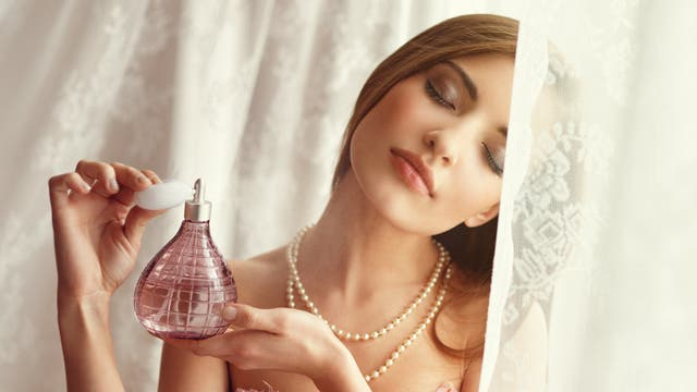 Frau mit Parfümzerstäuber