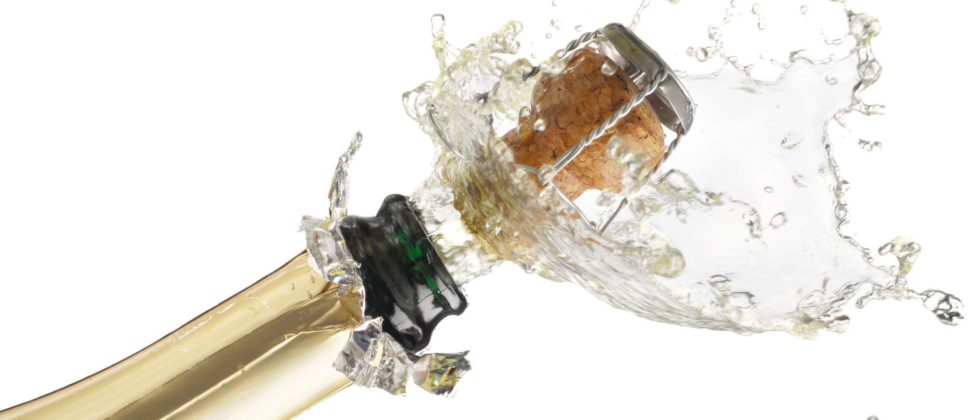Eine schäumende Champagnerflasche