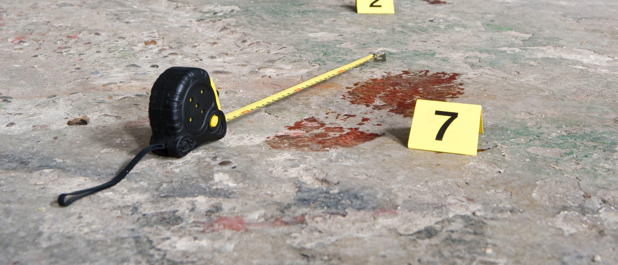 Ein blutiger Schuhabdruck am Ort eines Verbrechens