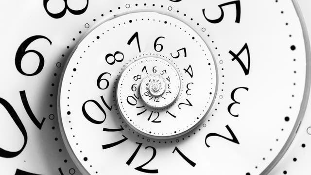 Uhr mit rückwärtslaufender Ziffernblattspirale